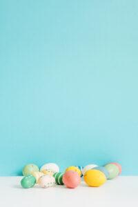 huevos-pascua-diferentes-colores-mesa_23-2147759742