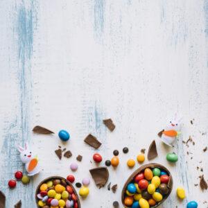 huevos-rotos-caramelos-cerca-conejitos_23-2147748698